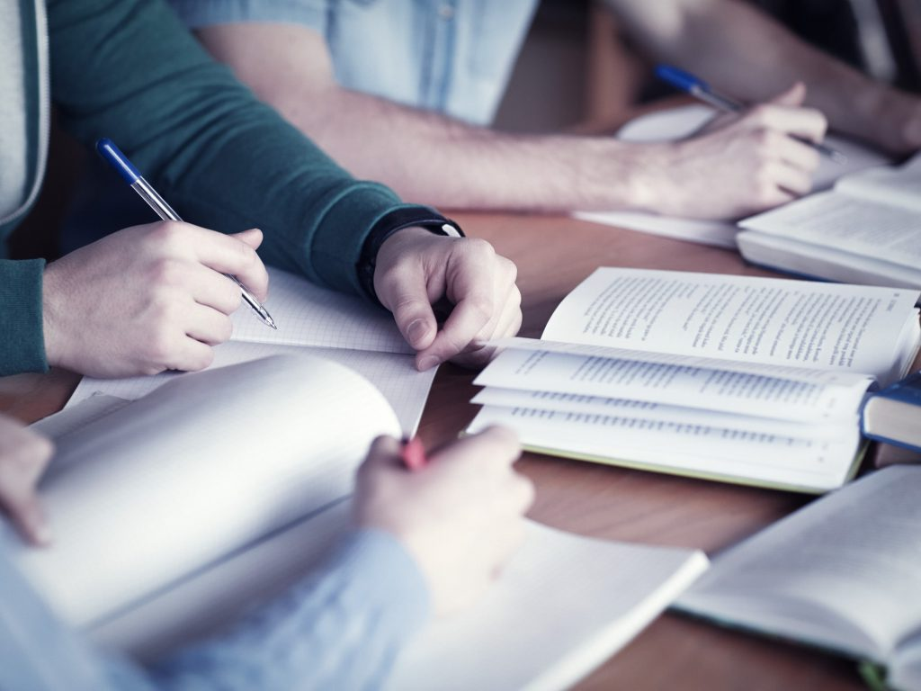 3人が机で勉強をしている