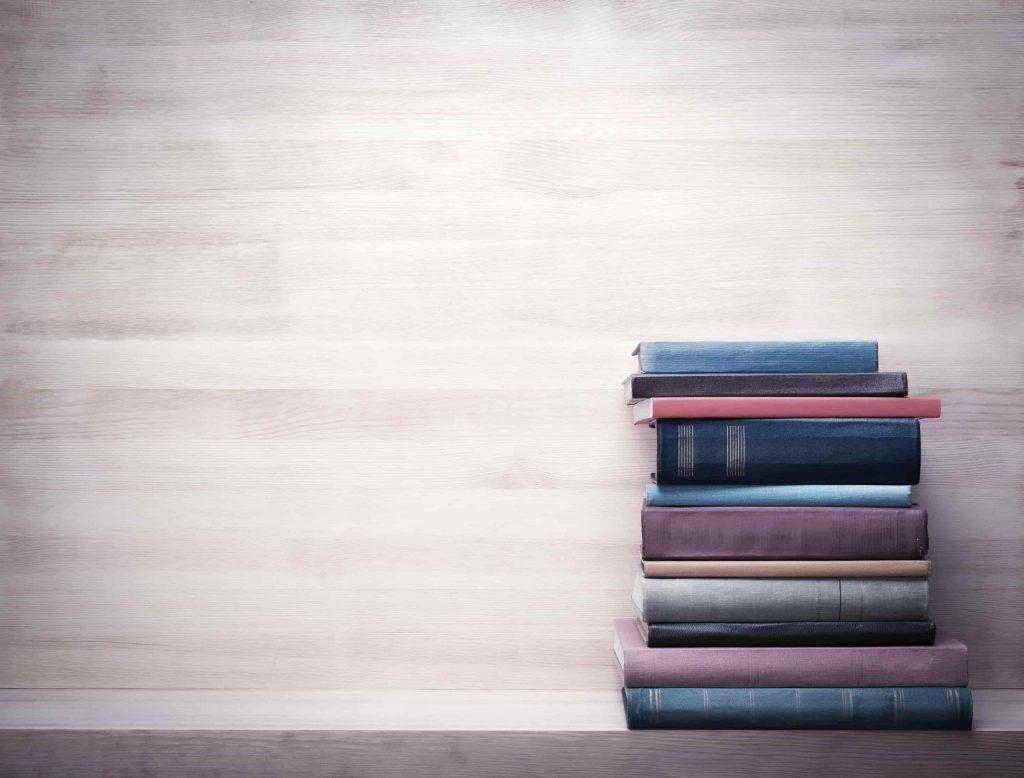 本が積み上げられている