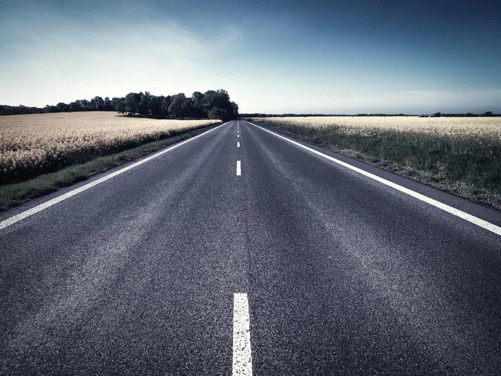 遠くまで続く道