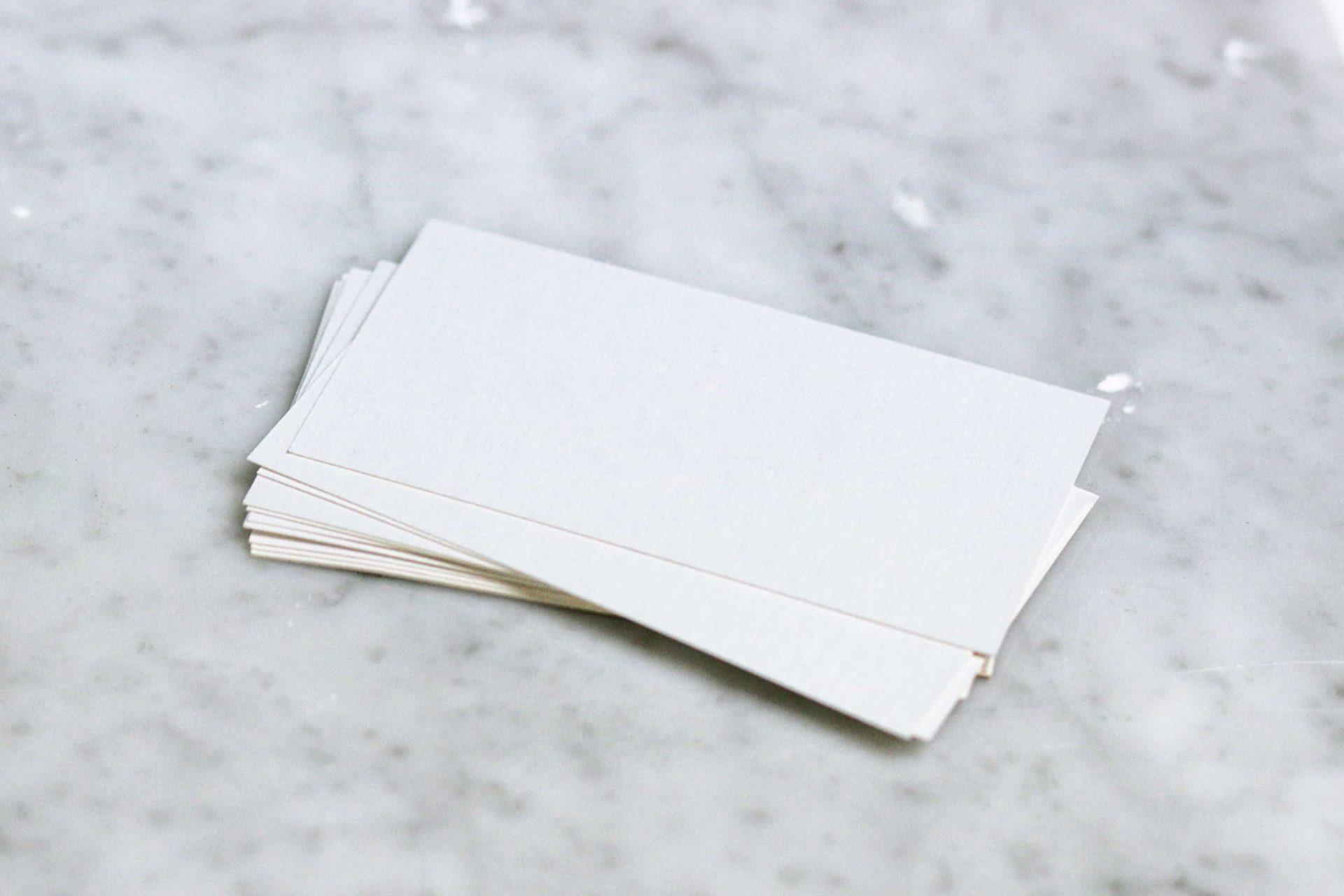 紙が重なっている風景